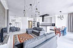 Interior de la sala de estar en casa moderna Imagen de archivo libre de regalías