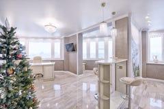 Interior de la sala de estar en un apartamento espacioso en colores brillantes Fotografía de archivo libre de regalías