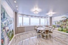 Interior de la sala de estar en un apartamento espacioso en colores brillantes Foto de archivo libre de regalías