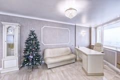 Interior de la sala de estar en un apartamento espacioso en colores brillantes Imagen de archivo