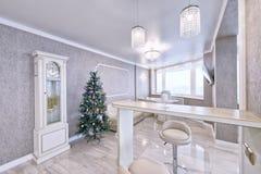 Interior de la sala de estar en un apartamento espacioso en colores brillantes Fotografía de archivo