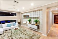 Interior de la sala de estar en una casa lujosa con las luces encendido fotos de archivo