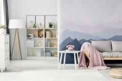 Interior de la sala de estar de la montaña foto de archivo
