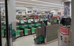 Interior de la salida del supermercado de Woolworths en ayuntamiento Imagenes de archivo