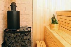 Interior de la sauna con los accesorios Imagen de archivo