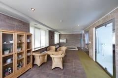 Interior de la sauna con una piscina y un lugar a relajarse Imagen de archivo libre de regalías