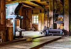 Interior de la serrería vieja, museo al aire libre de Kysuce, Vychylovka, Eslovaquia Fotos de archivo
