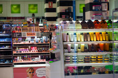 Interior de la tienda cosmética Fotos de archivo