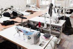 Interior de la tienda de la fábrica de la ropa Fotos de archivo libres de regalías