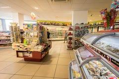 Interior de la tienda de la gasolinera Fotografía de archivo