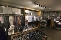 Interior de la tienda de la ropa casual y de zapatos Foto de archivo libre de regalías
