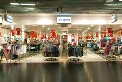 Interior de la tienda de la ropa de la moda de Vögele Imagen de archivo