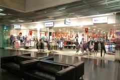 Interior de la tienda de la ropa de la moda de Vögele Foto de archivo libre de regalías