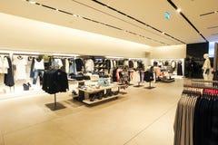 Interior de la tienda de la ropa de la moda de Zara Fotos de archivo libres de regalías