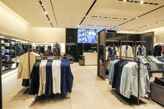 Interior de la tienda de la ropa de la moda de Zara Fotografía de archivo libre de regalías