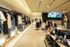 Interior de la tienda de la ropa de la moda de Zara Fotografía de archivo
