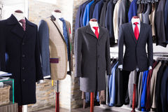 Interior de la tienda de la ropa masculina Imagen de archivo libre de regalías