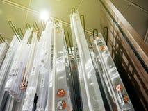Interior de la tienda de la tela del tejido de la materia textil con los accesorios multicolores y diversos Foto de archivo