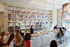 Interior de la tienda de Laduree en los grandes almacenes de Harrods en Londres Imágenes de archivo libres de regalías