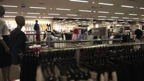 Interior de la tienda de moda con diversa ropa metrajes