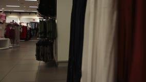 Interior de la tienda de ropa de la ropa almacen de metraje de vídeo