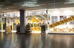 Interior de la tienda de zapatos de la moda de Vögele Foto de archivo libre de regalías