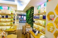 Interior de la tienda en nueva plaza de la ciudad Foto de archivo libre de regalías