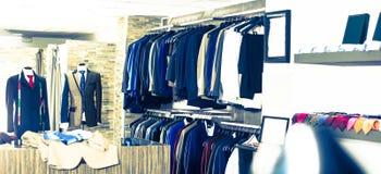Interior de la tienda de la ropa masculina Fotos de archivo libres de regalías