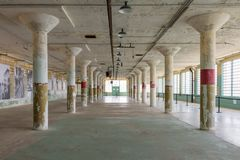 Interior de las nuevas industrias que emplean la isla de Alcatraz fotografía de archivo libre de regalías