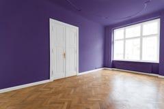 Interior de las propiedades inmobiliarias - apartamento con las paredes púrpuras Imagenes de archivo