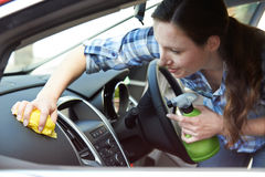 Interior de limpeza da mulher do carro Fotos de Stock Royalty Free