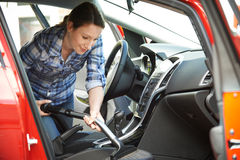 Interior de limpeza da mulher do carro usando o aspirador de p30 Fotos de Stock