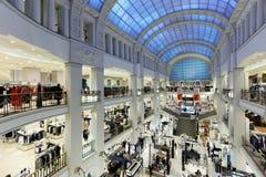 Interior de los grandes almacenes DLT en St Petersburg, Rusia durante verano estilo festival Imagen de archivo libre de regalías