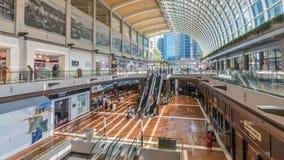 Interior de los Shoppes en el timelapse de Marina Bay Sands metrajes