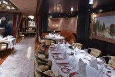 Interior de lujo con los ajustes elegantes de la tabla en un restaur clásico Imágenes de archivo libres de regalías