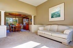Interior de lujo de la casa con las columnas blancas Imagen de archivo