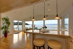 Interior de lujo de la casa Encimera de la barra con los taburetes y AR de la cena Imagen de archivo