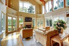Interior de lujo de la casa. Sala de estar con la cubierta de la huelga imagen de archivo