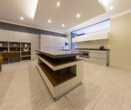 Interior de lujo de la cocina Fotos de archivo