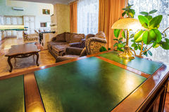 Interior de lujo de Ministerio del Interior con el escritorio y la madera verdes Foto de archivo libre de regalías