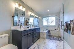 Interior de lujo del cuarto de baño con el piso de mármol Fotografía de archivo libre de regalías