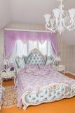 Interior de lujo del dormitorio del estilo clásico Imagen de archivo libre de regalías