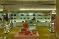 Interior de lujo Harrods de la tienda de los bolsos Foto de archivo libre de regalías