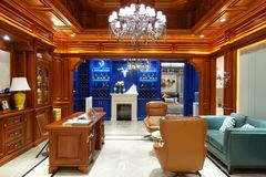 Interior de lujo de la sala de estar del hogar moderno foto de archivo libre de regalías