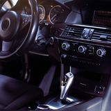 Interior de lujo moderno del coche - volante, palanca del cambio y tablero de instrumentos imagen de archivo