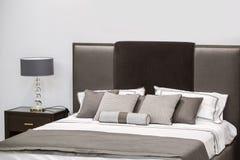 Interior de lujo moderno del dormitorio Diseño de un cuarto en un hotel con una cama y una lámpara de mesa original Imágenes de archivo libres de regalías