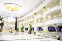Interior de lujo moderno del pasillo en hotel Imagen de archivo