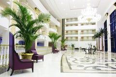 Interior de lujo moderno del pasillo en hotel en Kemer, foto de archivo