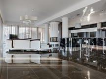 Interior de lujo moderno en luz del día Imagen de archivo