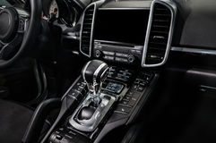 Interior de lujo negro del coche - desplace la palanca y el tablero de instrumentos imágenes de archivo libres de regalías